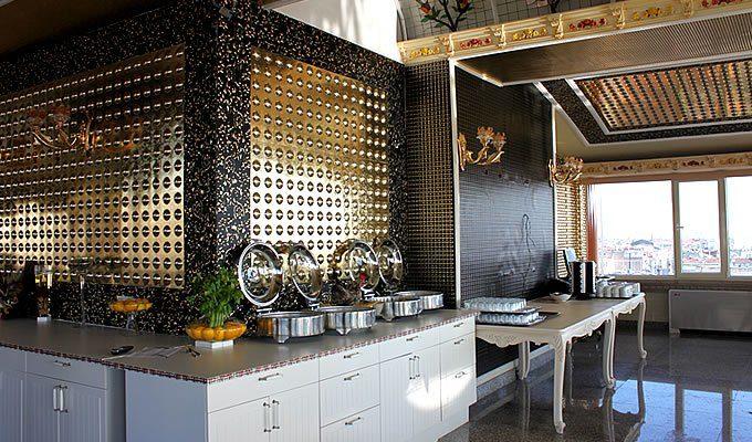 Металлические панели в декоре комнаты