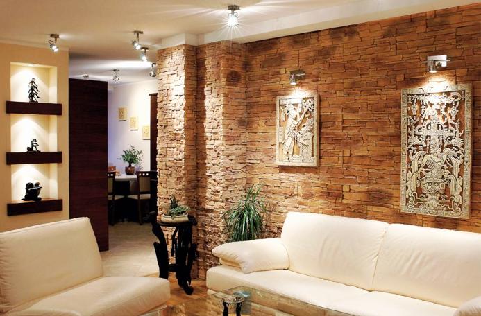 Стена декорированная камнем