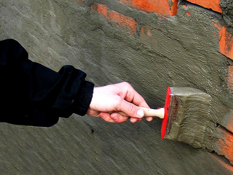 Стена штукатурится гидроизоляционной штукатуркой