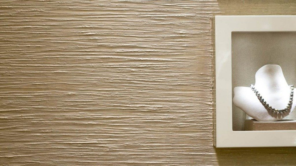 Стена штукатурится структурным составом