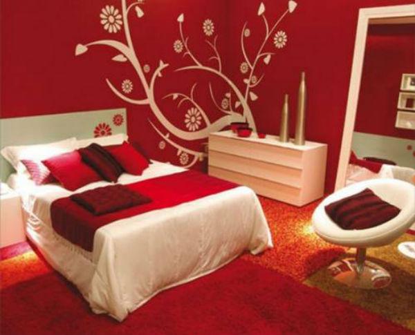 Спальня со стенами красного цвета