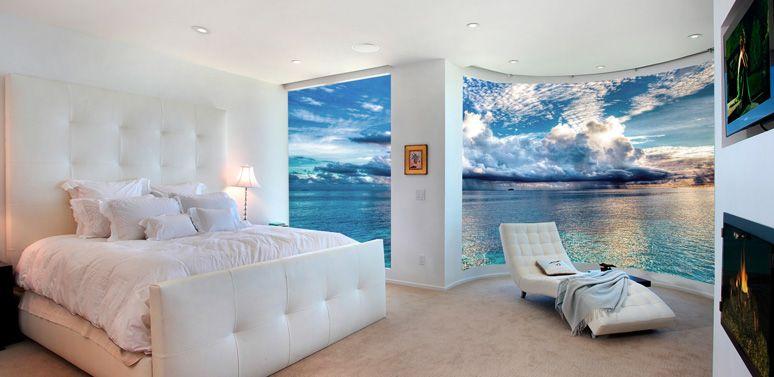 Морской пейзаж создает эффект бесконечного пространства в спальной