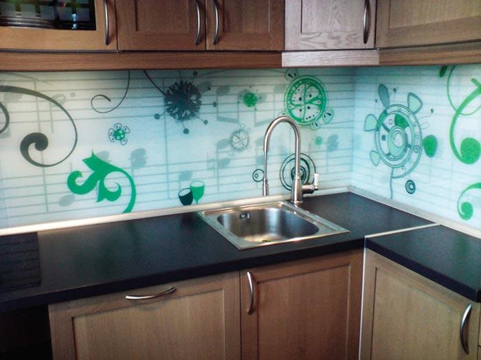 Фартук для кухни можно сделать используя стеклянную панель