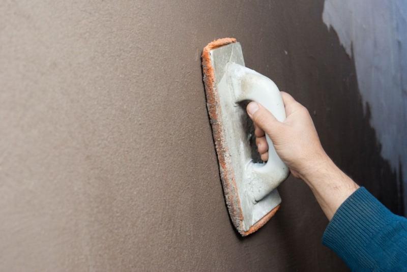 Обработка стены абразивной сеткой на держателе