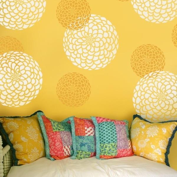Трафаретные объемные цветы на стене
