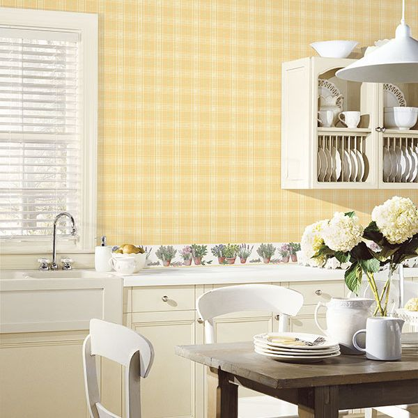 Светло-жёлтые обои на кухне в клетку