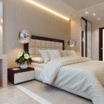 Большая кровать в просторной спальне