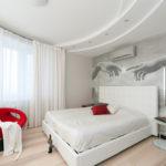 Дизайн белой спальни с красными акцентами