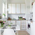 Интерьер кухни в белых тонах