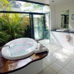 Окно в ванной и его оформление