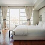 Преобладание белого цвета в спальне