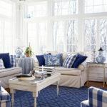 Синяя клетка в интерьере гостиной
