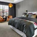 Спальня с черными изящными шторами