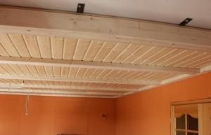 Устройство потолка из дерева и его дальнейшая обработка