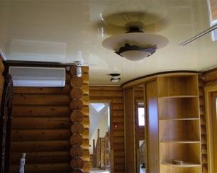 Возможна ли в деревянных домах установка натяжных потолков