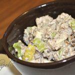 Салат с тунцом, сельдереем и яблоком