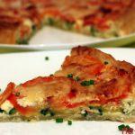 Открытый пирог с цукини и помидорами, беконом и творожным сыром