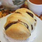 Булочки с бананом и шоколадной пастой из дрожжевого творожного теста