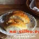 Пирожки с горохом и чесночной заправкой в духовке