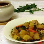 Куриные фрикадельки с овощами в горшочке в духовке