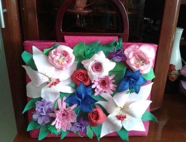 0bd4deb564e3 Достаточно необычно и оригинально будут смотреться красивые цветы из  фоамирана на сумке. Если вы хотите украсить свою сумку ...