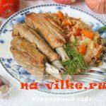 Тушеные свиные ребрышки с гарниром из капусты и риса