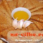 Ржаные блины на сыворотке с чесночным маслом
