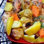 Цыплёнок с яблоками и овощами, запечённый в духовке