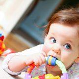 Когда начинают резаться зубки у младенцев — первые признаки