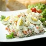 Калорийность оливье с колбасой и майонезом, сколько калорий в салате оливье?