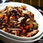 Чечевица с красным луком и беконом — рецепт.