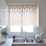Короткие шторы на кухню — фото примеров