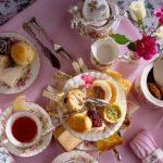 Чайный стол (31 фото): сервировка к чаю на день рождения, схема подачи посуды и угощений для чаепития, оформление круглого стола китайским сервизом