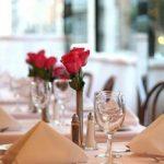 Сервировка стола в ресторане (26 фото): полная правильная ресторанная раскладка приборов и посуды для банкета, правила подачи блюд, все тонкости этикета