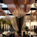 Оформление свадебного стола (74 фото): сервировка стола для жениха и невесты, идеи оформления блюд для молодоженов, как правильно рассадить гостей на свадьбе