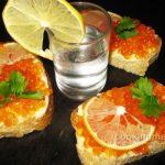 Бутерброд с красной икрой и лимоном — Кулинария для мужчин