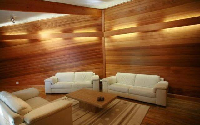 Особенности применения стеновых панелей из натурального дерева