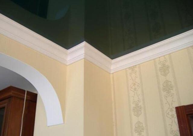 Как выбрать плинтус для натяжного потолка