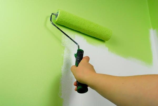 Особенности и преимущества латексной краски для потолка