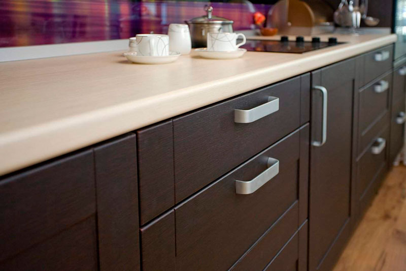 Основные свойства и плюсы столешниц для кухни из ДСП